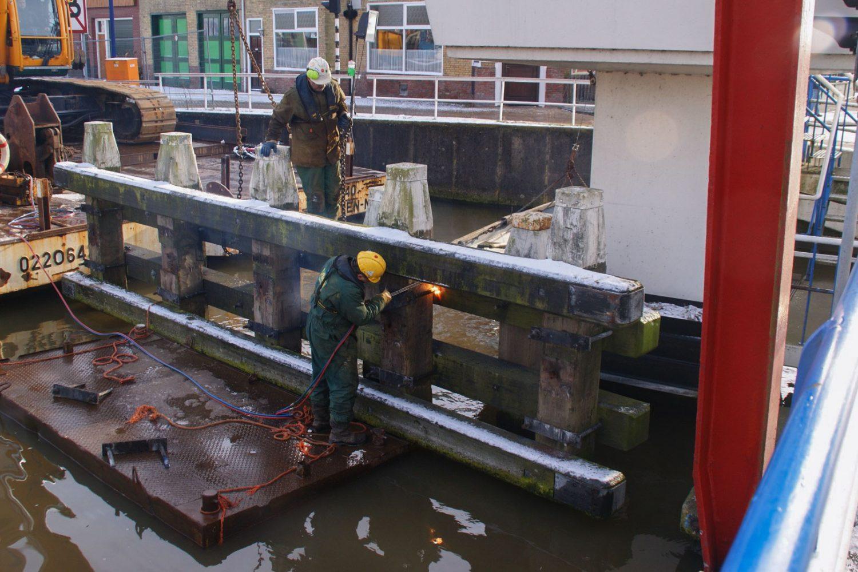 Sterk - Verwijderen oud remmingwerk Stationsbrug Franeker